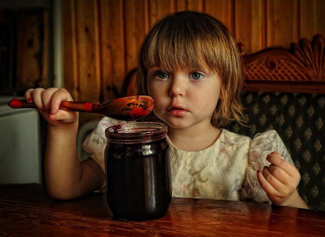 Ребёнок ест варенье