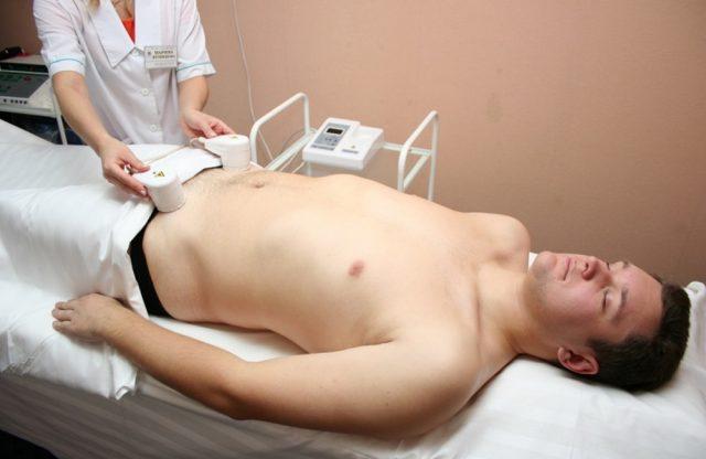 Мужчина на физиотерапевтической процедуре
