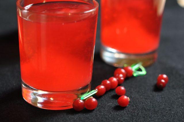 Клюквенный морс в стакане