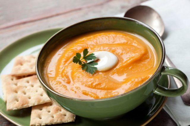 Тыквенный крем-суп в зелёной чашке