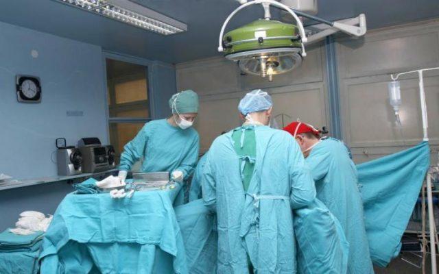 Хирурги оперируют