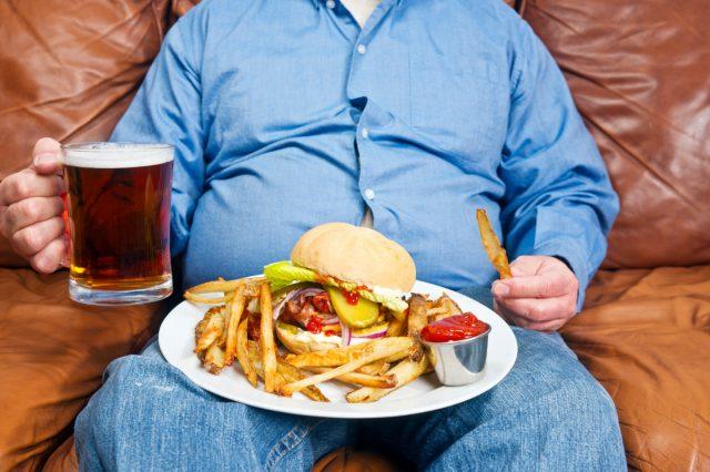 Человек, который ест вредные продукты