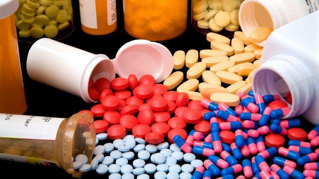 Таблетки, рассыпанные на столе