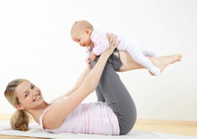 Женщина выполняет упражнение с младенцем