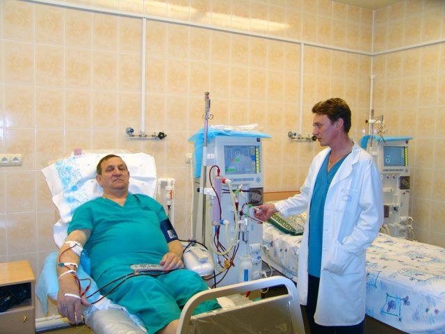 Врач проводит пациенту гемодиализ