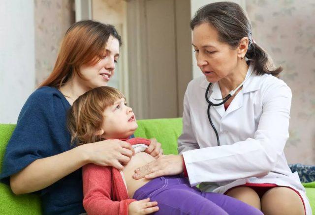 Мама с ребёнком на осмотре у врача