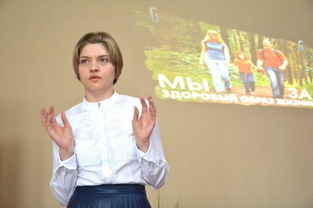 Девушка читает лекцию