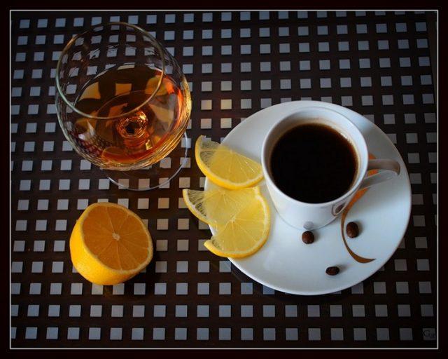 Кофе в чашке и алкоголь в бокале