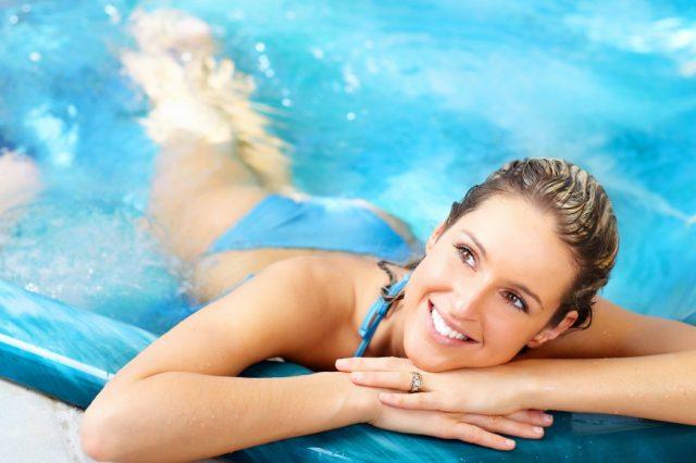 Девушка у бортика бассейна
