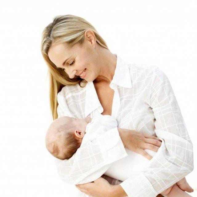 Женщина держит ребёнка на руках