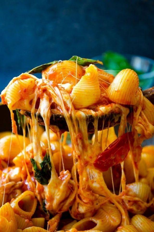 Макароны с томатом и сыром Моцареллв