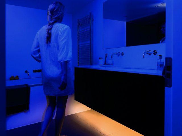 Женщина ночью идёт в гигиеническую комнату