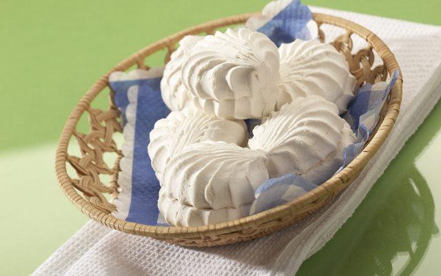 Белый зефир в плетёной тарелке