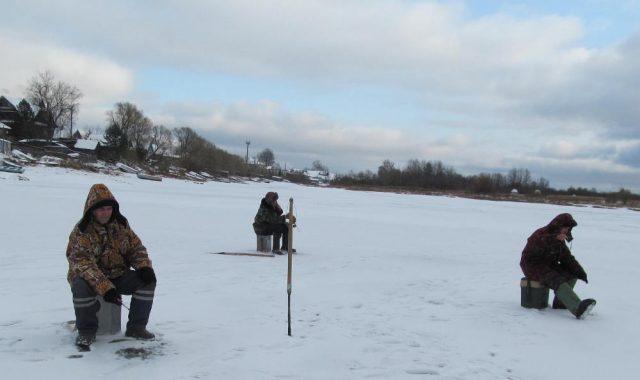 Мужчины на зимней рыбалке