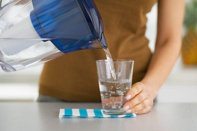 В стакан из фильтра наливают воду