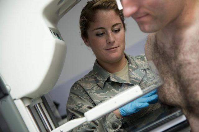 Маммография проводится молодому мужчине