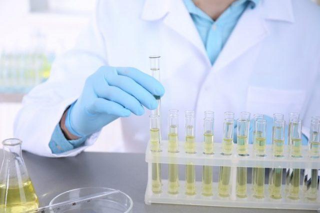 Лаборант с пробиркой