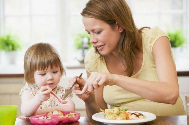 Мама кормит ребёнка