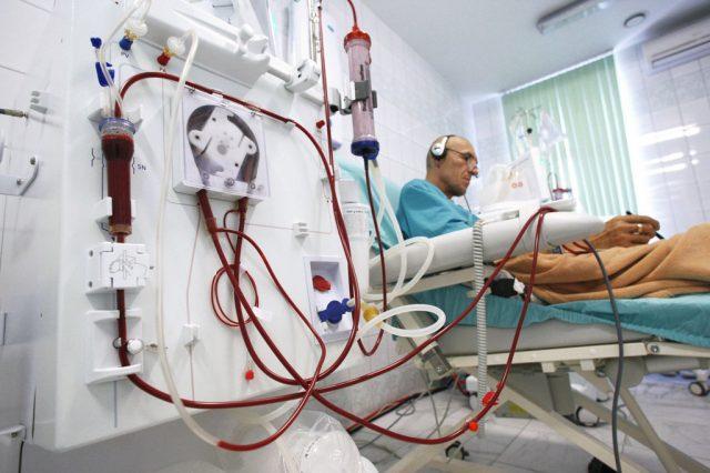 Мужчина на процедуре гемодиализа