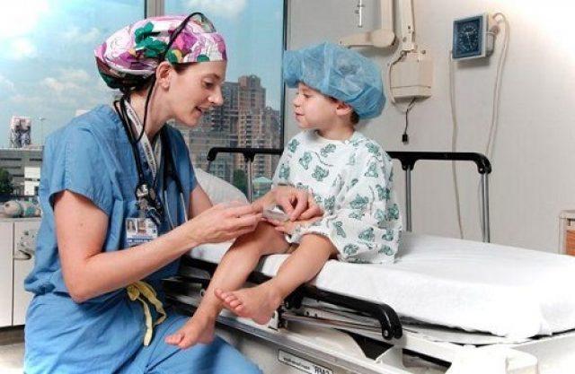 Ребёнка готовят к цистоскопии