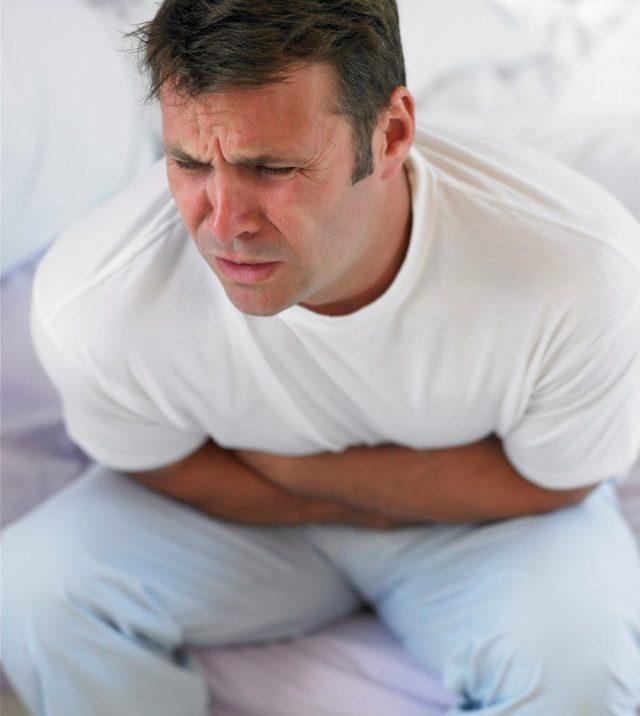 У мужчины болит живот