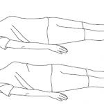 девушка выполняет упражнение — повороты ног