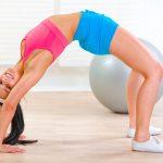 девушка выполняет упражнение «Мостик»