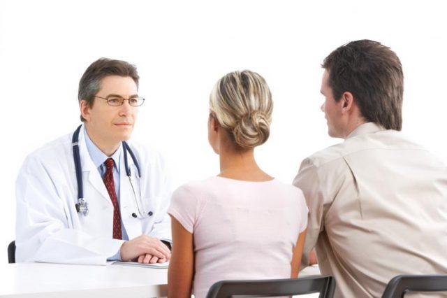 Семейная пара и врач