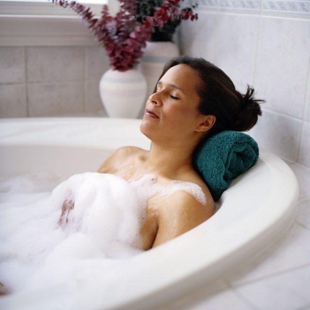 Женщина отдыхает в ванне