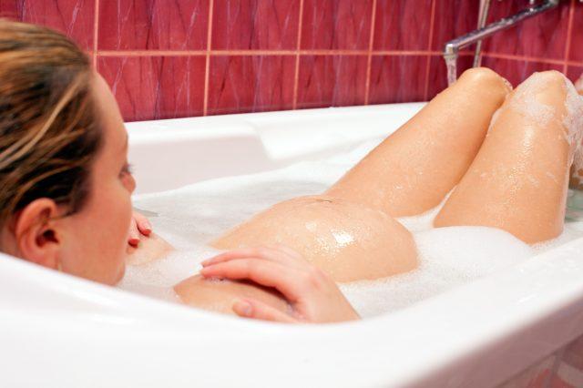 Беременная женщина отдыхает в ванне