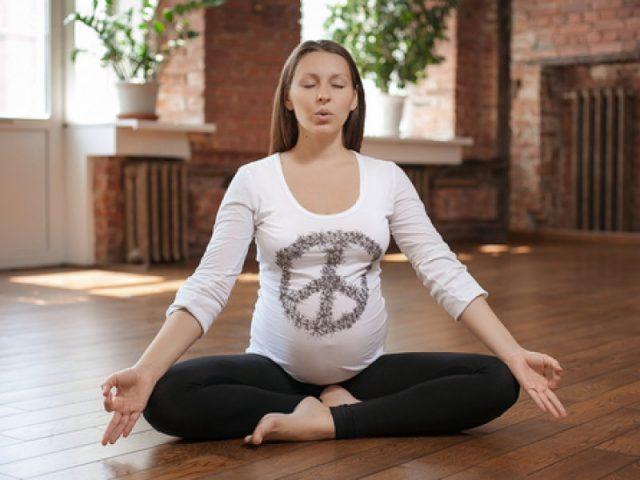 Беременная занимается прана-йогой