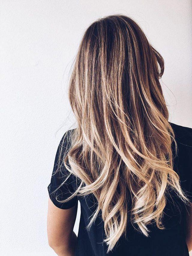 Девушка с распущенными волосами, вид со спины