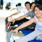 Люди занимаются лечебной гимнастикой