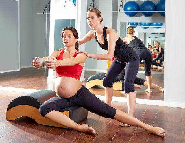 Беременная занимается пилатесом