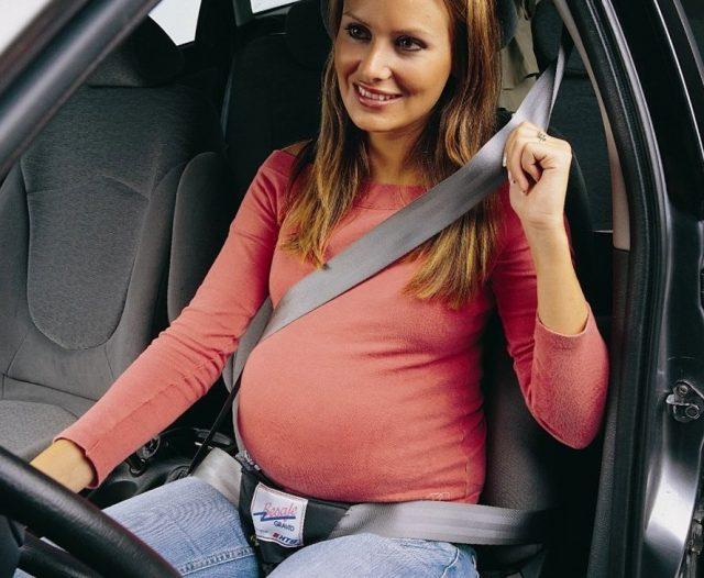 Беременная женщина ведёт автомобиль