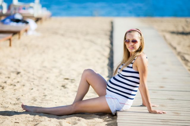 беременная на пляже