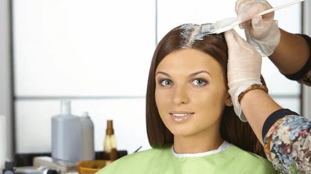 Женщине красят волосы