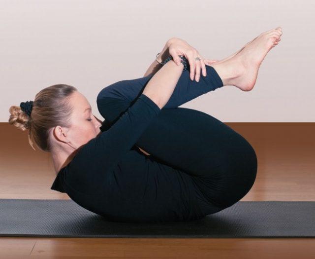 Упражнение «Перекаты на спине»