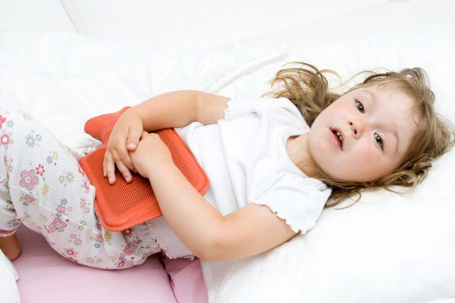 Ребёнок с грелкой