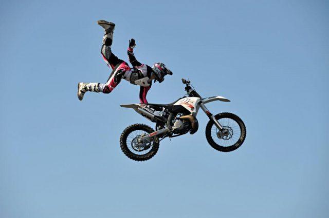 мотоциклист на мотоцикле в воздухе