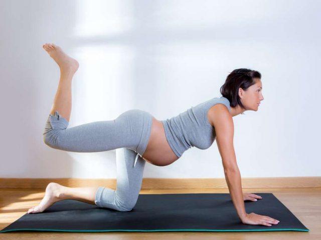 беременная выполняет махи ногой