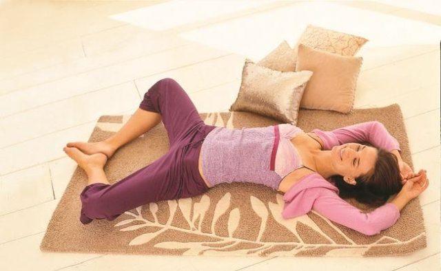 женщина лежит на ковре с подушками