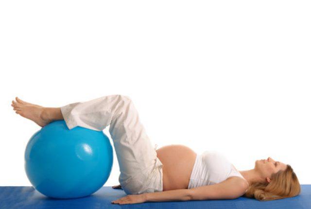 беременная закинула ноги на фитбол