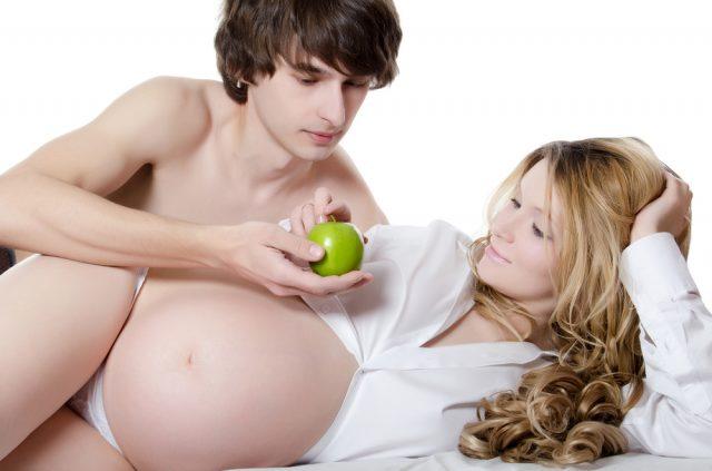 Момент нежности между супругом и беременной женой