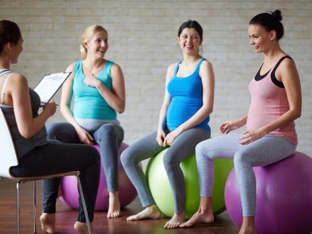 Беременные женщины на фитболах