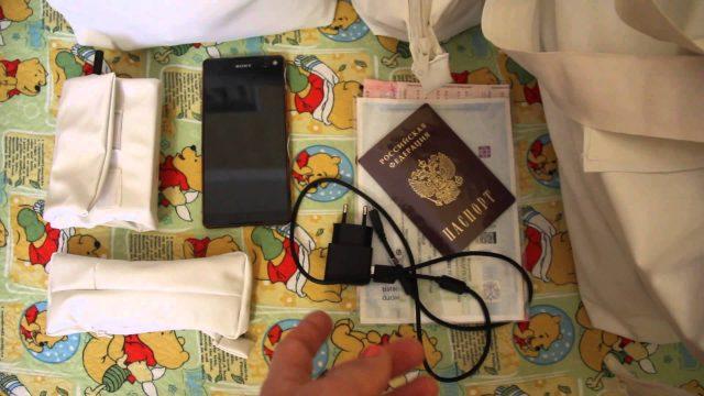 Документы и другие вещи, собранные в роддом, лежат на столе