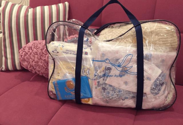 Собранная сумка в роддом стоит на диване