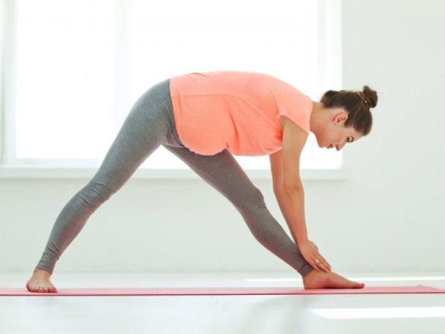 Беременная женщина выполняет упражнение