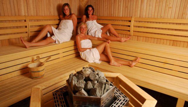 Женщины в паровой сауне