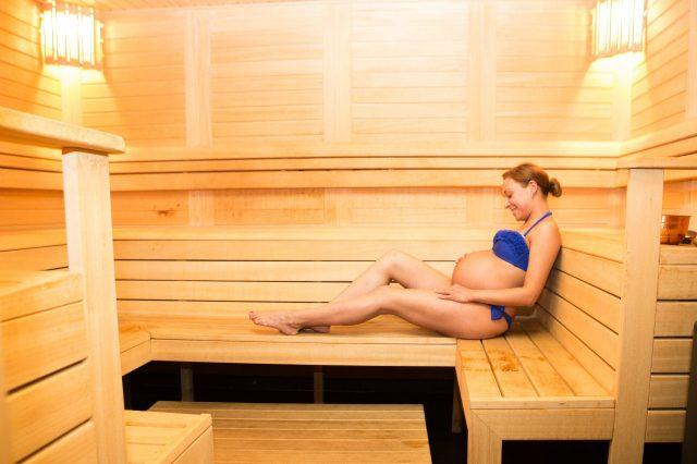 Беременная женщина в бане